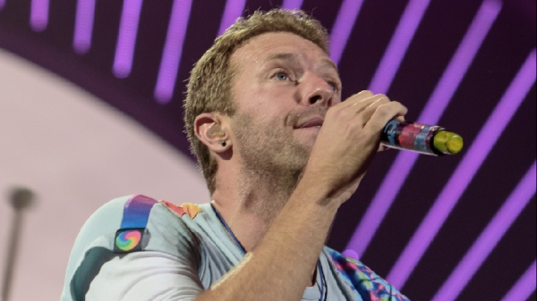 """Chris Martin lancia il format #TogetherAtHome, Neil Young le """"Fireside Sessions"""""""